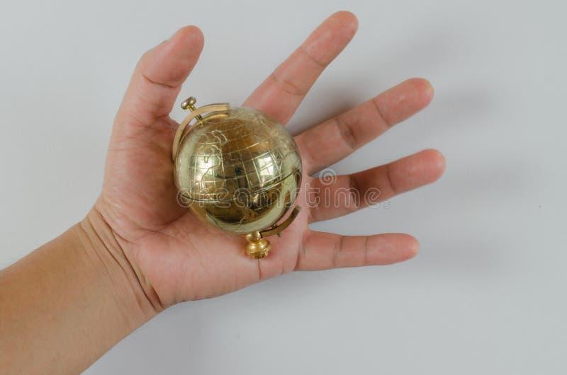 Golden Globe in der Hand lokalisiert auf weißem Hintergrund stockfoto