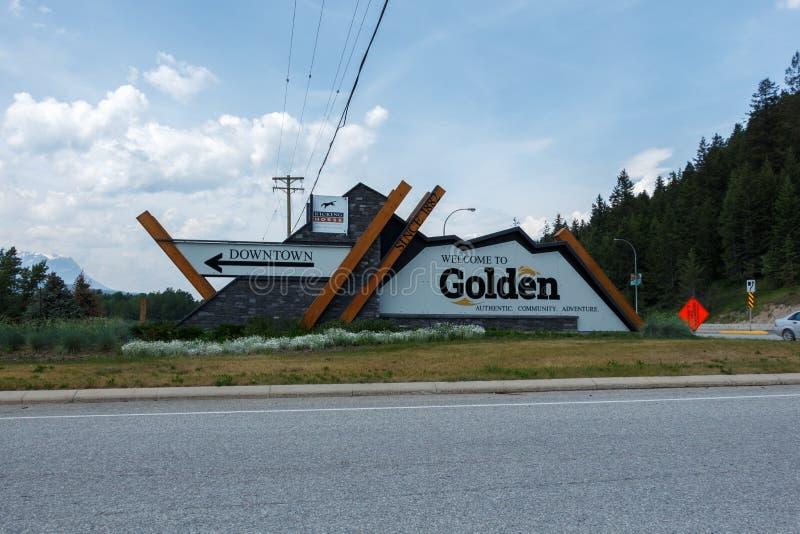 Golden, Kanada - circa 2019: Willkommen zum goldenen Zeichen lizenzfreie stockbilder