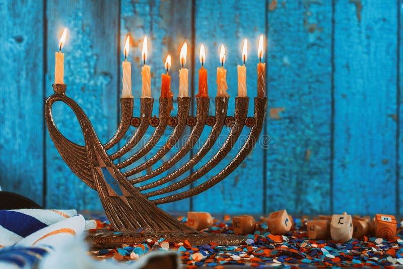 Golden menorah met brandende kaarsen in de Chanukah stock foto's