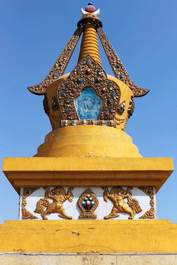 Golden and yellow carved stupa in Gandantegchinlen klooster Gandan in Ulaanbaatar of Ulan-Bator, Mongolië stock afbeelding