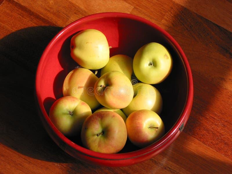 Goldene Äpfel In Der Roten Keramischen Schüssel, Draufsicht Stockfotografie