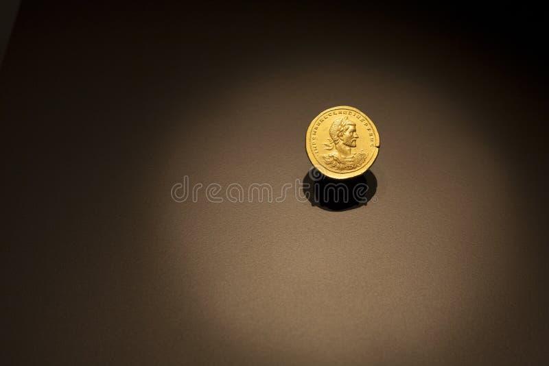 Goldene alte römische Münze stockbild