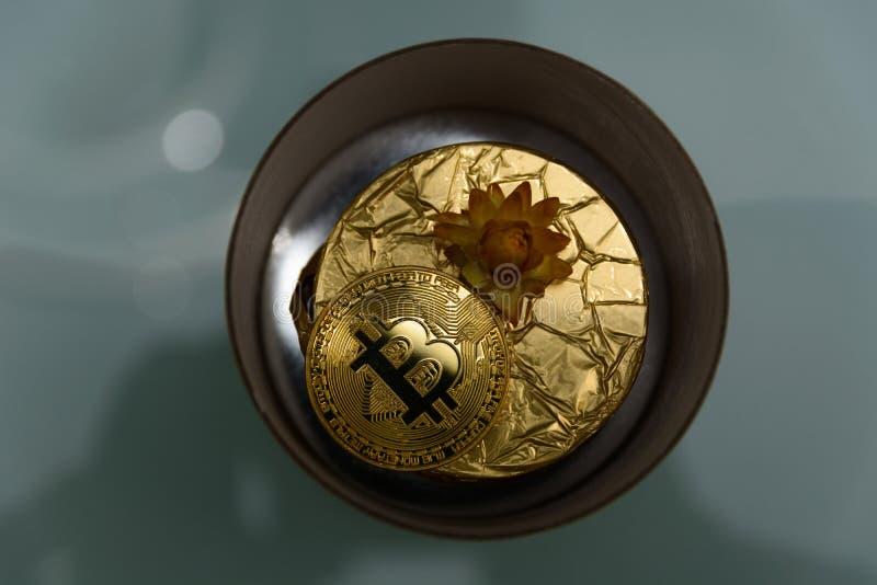 Goldene bitcoin Lüge auf goldenem Geschenk stockbild