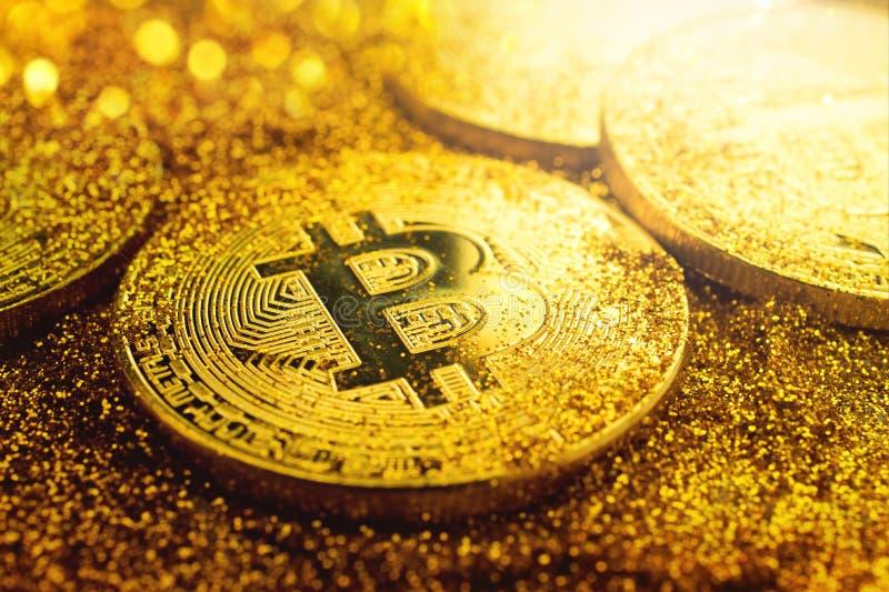 Goldene bitcoin Münze mit Funkeln beleuchtet Schmutz Schlüsselwährung lizenzfreies stockbild