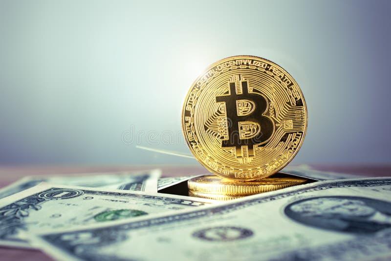 goldene bitcoin Münze mit USD - backgro Währung rcrypto US Dolla stockbild