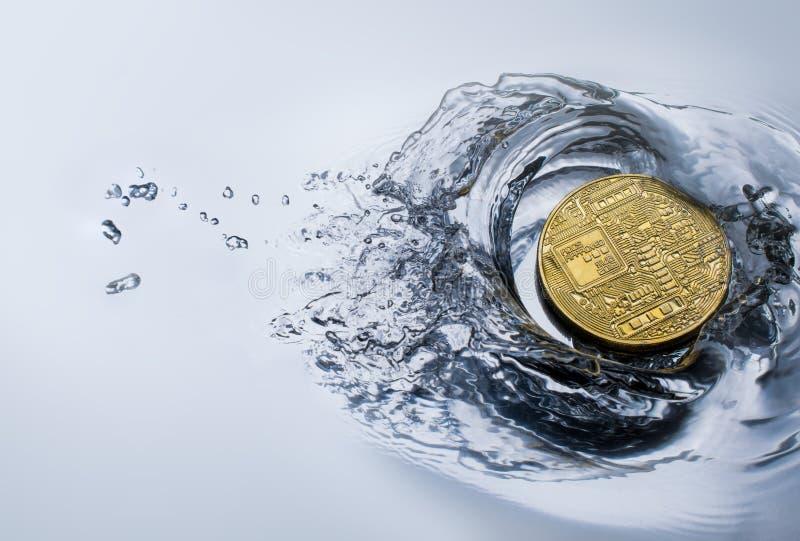goldene bitcoin Münze mit Wasserspritzenschlüsselwährungshintergrund lizenzfreie stockfotografie