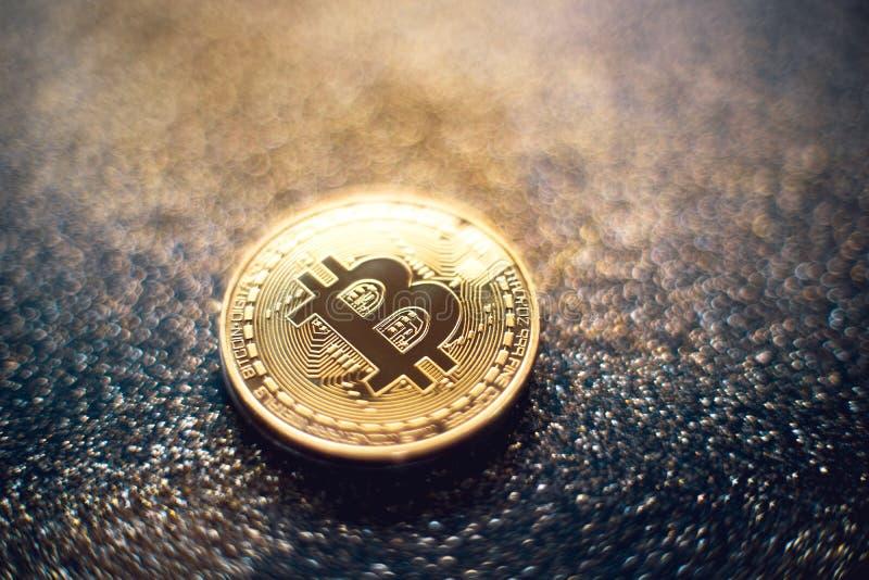 Goldene bitcoin M?nze mit Funkeln beleuchtet Schmutz Schl?sselw?hrungs-Hintergrundkonzept - Bild stockfotos