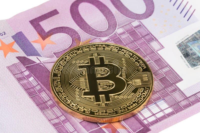 Goldene Bitcoin-Nahaufnahme auf Eurowährungshintergrund lizenzfreie stockfotos
