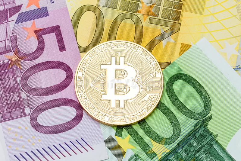 Goldene Bitcoin-Nahaufnahme Eurowährung als Hintergrund Makro pH lizenzfreie stockfotos