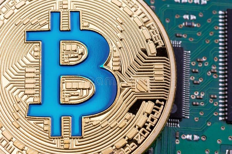 Goldene Bitcoin-Währung auf einem Leiterplattehintergrund stockfotos