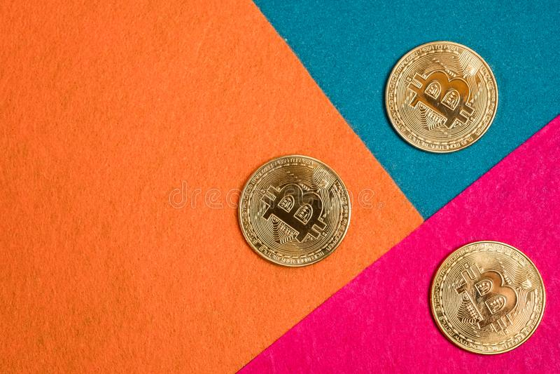 Goldene bitcoins und Smartphone Bitcoin-cryptocurrency stockfotografie
