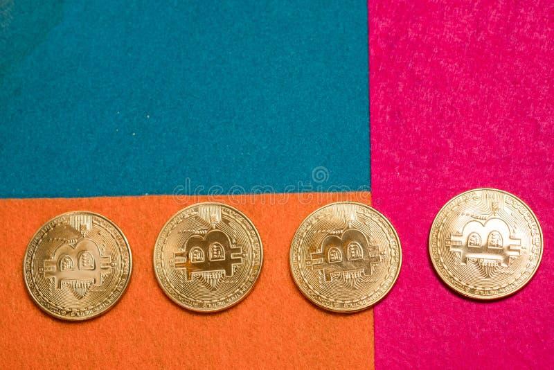Goldene bitcoins und Smartphone Bitcoin-cryptocurrency stockbilder