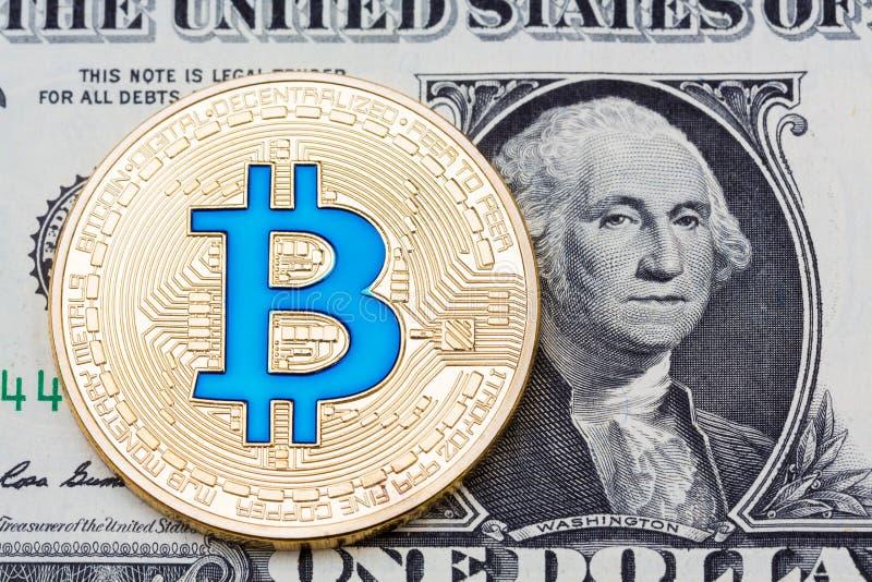 Goldene blaue bitcoin Münze auf US-Dollars schließen oben stockbilder