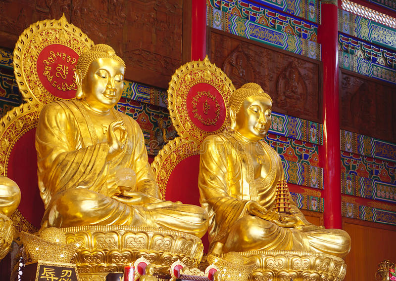 Goldene Buddha-Skulptur der chinesischen Art bei Wat Borom Raja Kanchana lizenzfreies stockbild
