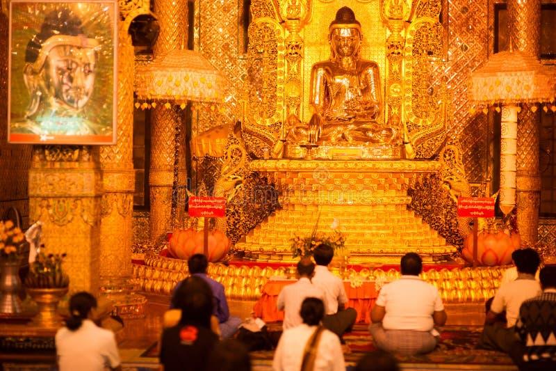Goldene Buddha-Statue in Botataung paya Pagode in Rangoon, Myanma stockfotografie
