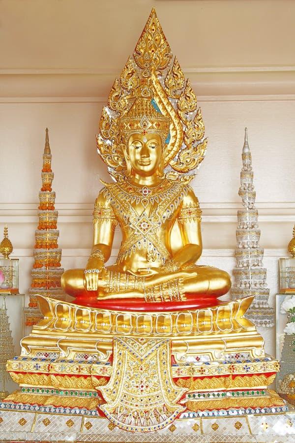 Goldene Buddha-Statue in der Königform lizenzfreies stockfoto