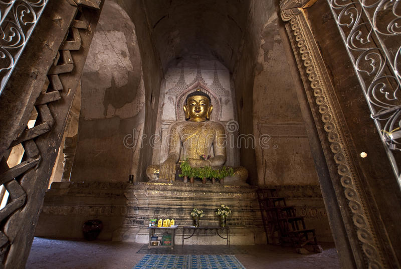Goldene Buddha-Statue in einem Bagan Tempel - Myanmar stockfotos