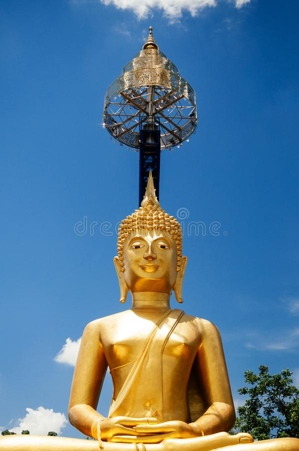 Goldene Buddha-Statue von Khao Kradong, Buriram - Thailand stockbilder