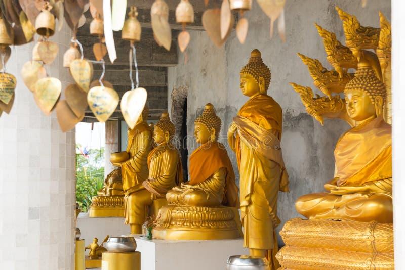 Goldene Buddha-Statuen im Tempel von großem weißem Buddha in Phuket lizenzfreie stockfotografie