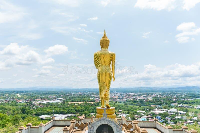 Goldene Buddha-Statuenstellung auf einem Berg Wat Phra That Khao Noi, Nan Province, Thailand lizenzfreie stockfotos
