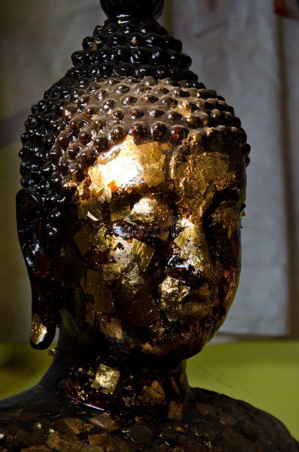 Goldene buddhistische Statue stockfotografie