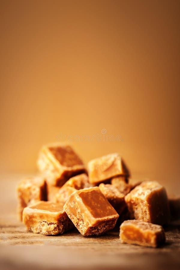 Goldene Buttertoffeetoffeekaramele Toffees schließen oben mit copys stockfoto
