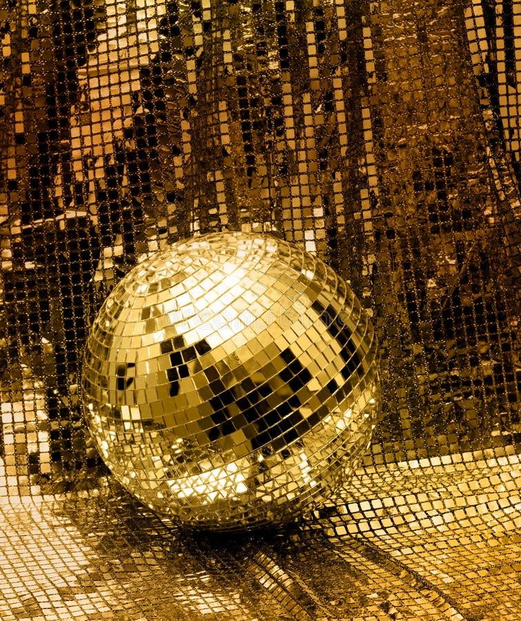 Goldene Discospiegelkugel lizenzfreies stockbild