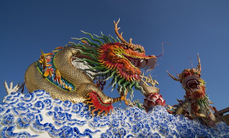 Download Goldene Drachestatue stockbild. Bild von dekorativ, asien - 26371021