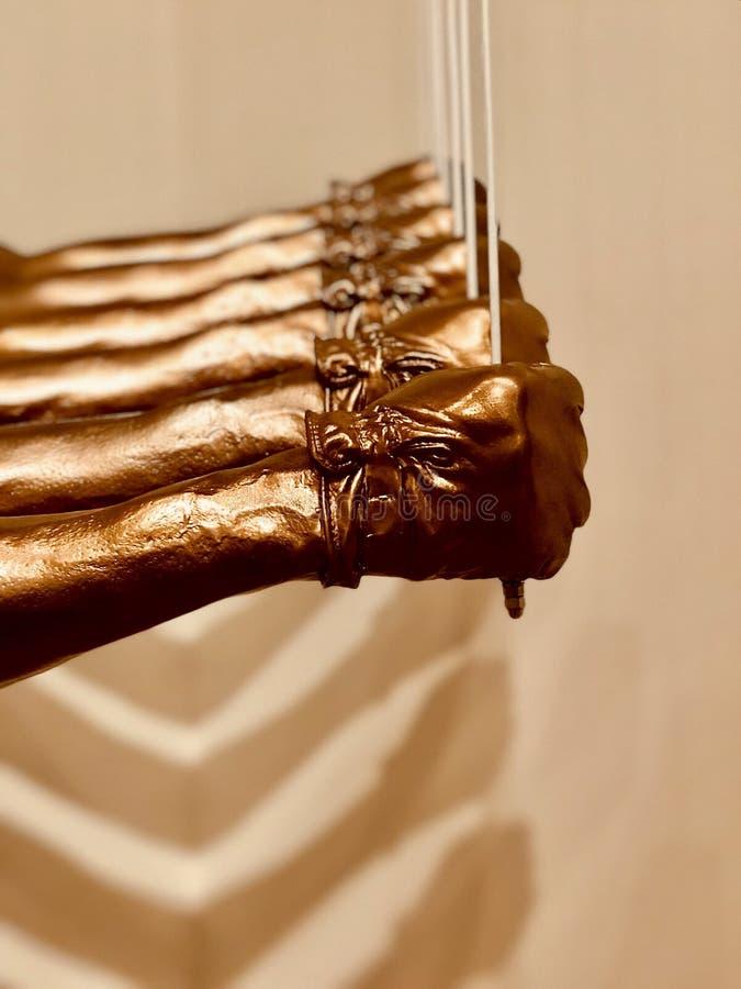 Goldene Fäuste - der Gruß der schwarzen Energie kommt zum Leben in Birmingham, Alabama stockbild