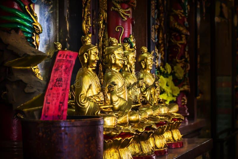 Goldene Farbe der chinesischen Priesterstatue in der Kirche stockfoto