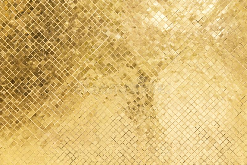 Goldene Farbe des Buntglases hell auf alter Wand im Tempel stockfotografie
