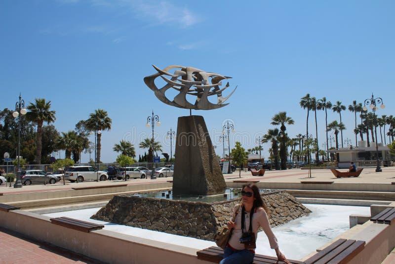 Goldene fliegende Seemöwenvogelskulptur auf dem Larnaka-Strand lizenzfreie stockbilder