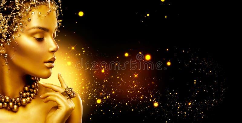 Goldene Frau Schönheitsmode-modell-Mädchen mit Goldenem bilden, Haar und Schmuck auf schwarzem Hintergrund stockfotos