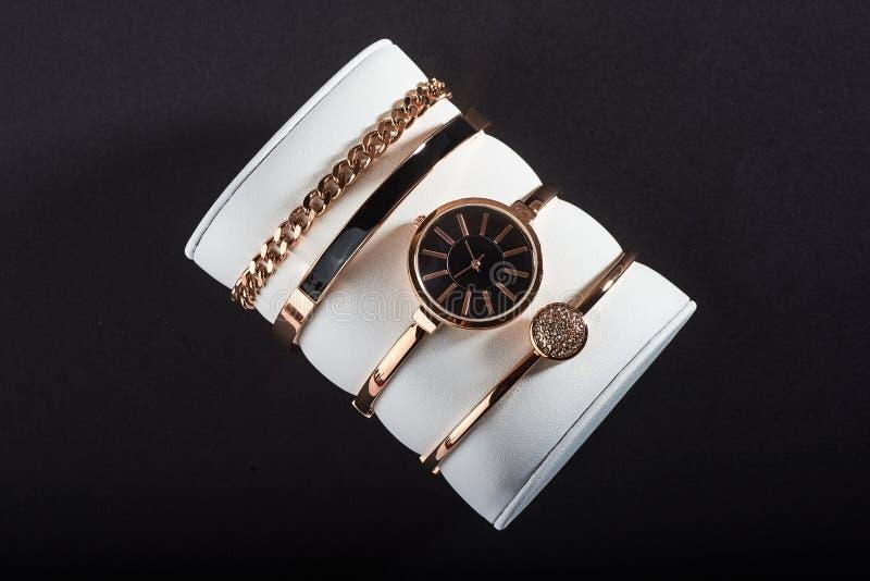 Goldene Frauen ` s Armbanduhr auf einem weißen Hintergrund stockbilder