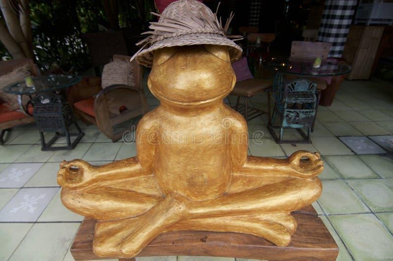 Goldene Froschstatue in einer meditierenden Haltung lizenzfreie stockfotos