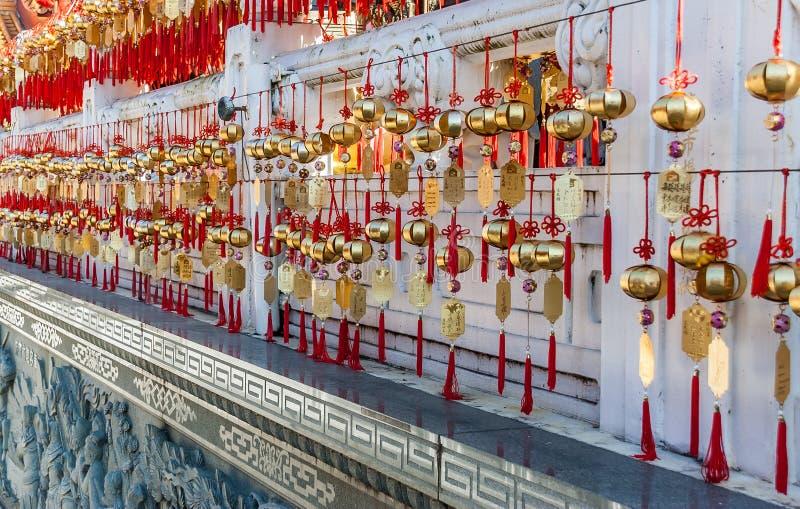Goldene Gebetsglocken des Wenwu-Tempels stockbilder