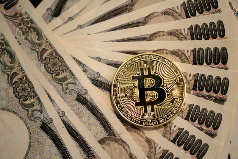 Goldene gebissene Münze auf 10.000 Anmerkungen der japanischen Yen lizenzfreie stockfotos