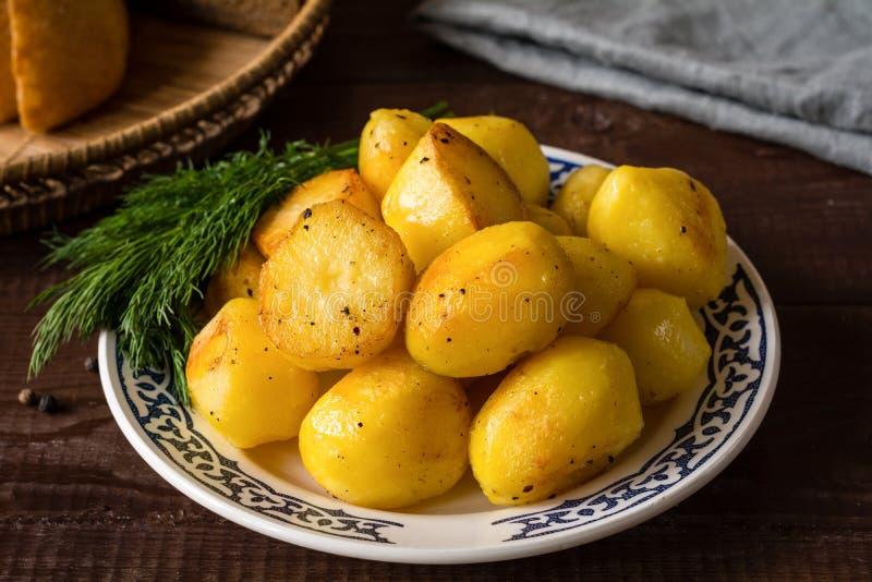 Goldene gebratene Kartoffeln stockbild
