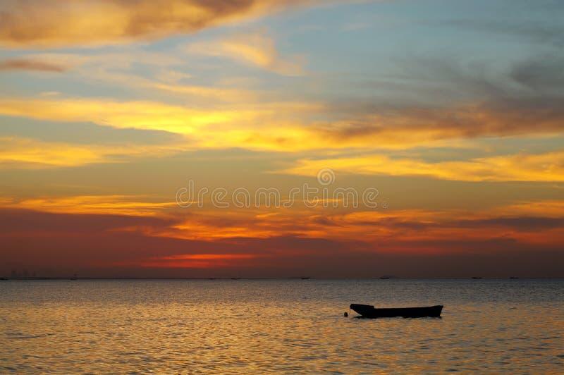 Goldene gelbe Wolken während des Sonnenuntergangs, HDR-Fotografie stockbild