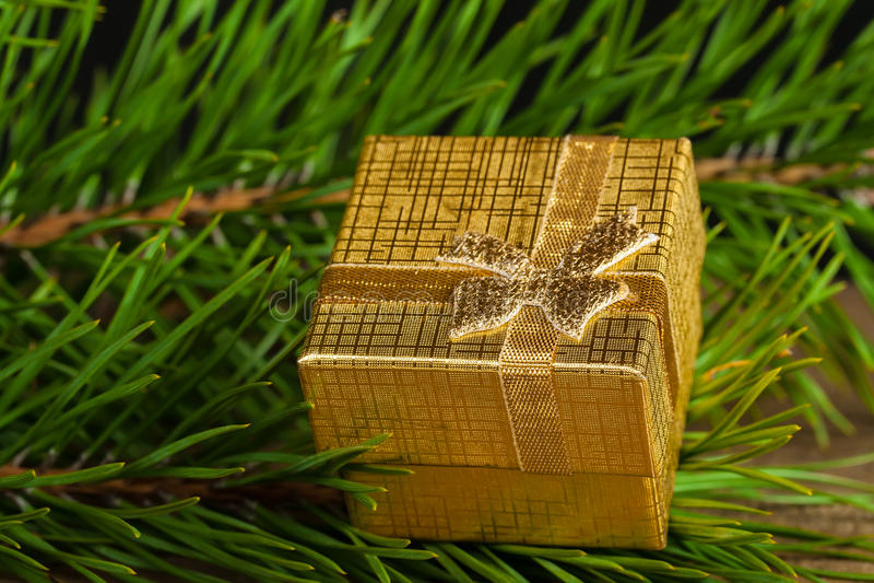 Goldene Geschenkbox stockfotos