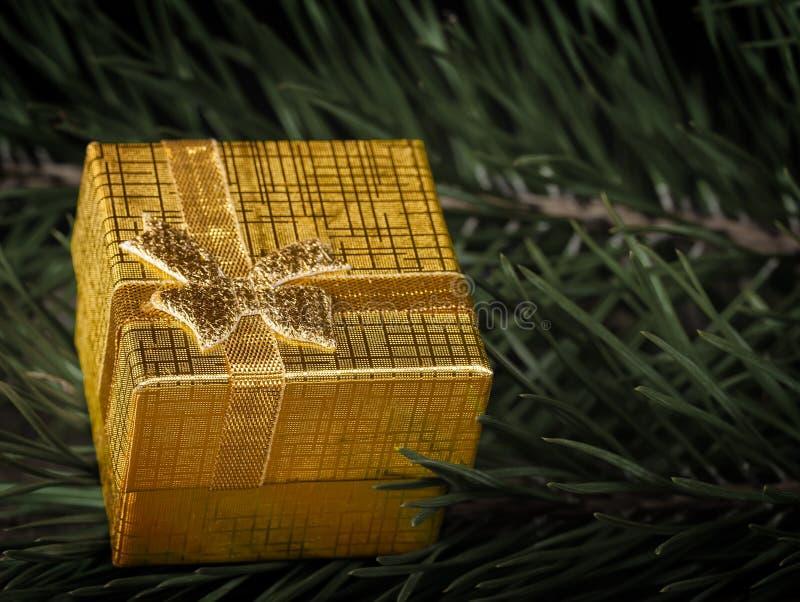 Goldene Geschenkbox stockbilder