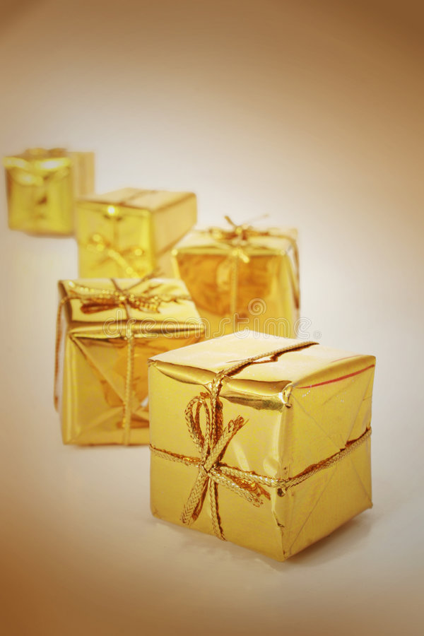 Goldene Geschenke lizenzfreie stockfotos