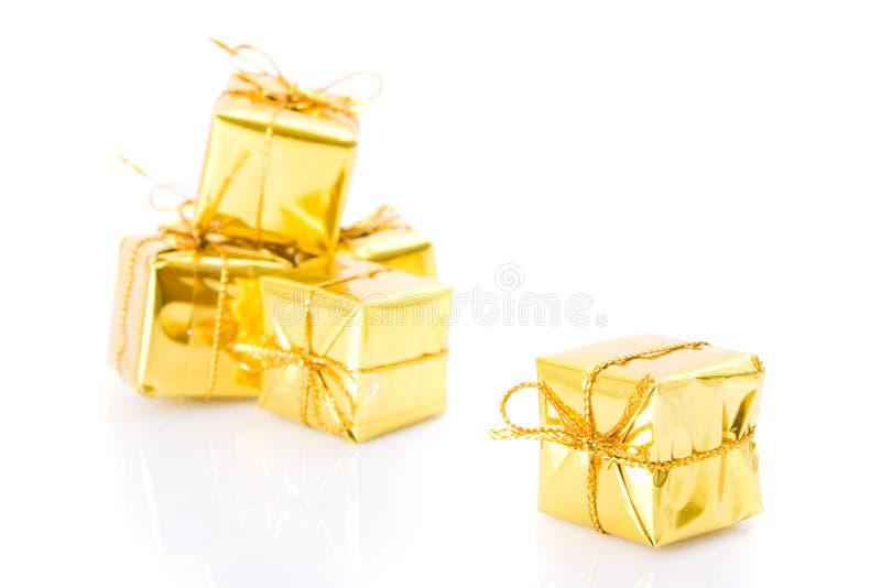 Goldene Geschenke getrennt auf Weiß lizenzfreies stockbild