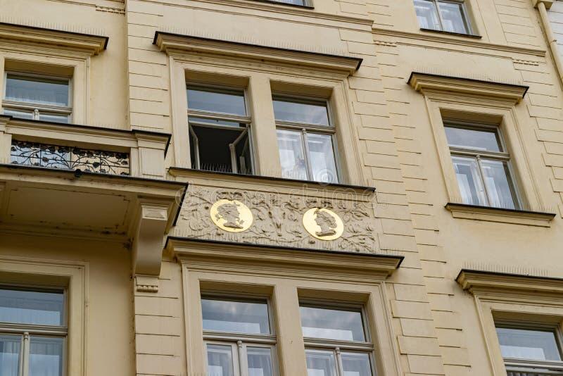 Goldene Gesichter in einem Balkon in Prag stockbild