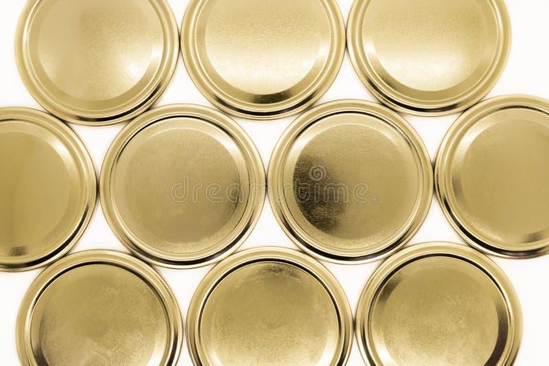Goldene Glasdeckel auf weißem Hintergrund stockfotografie