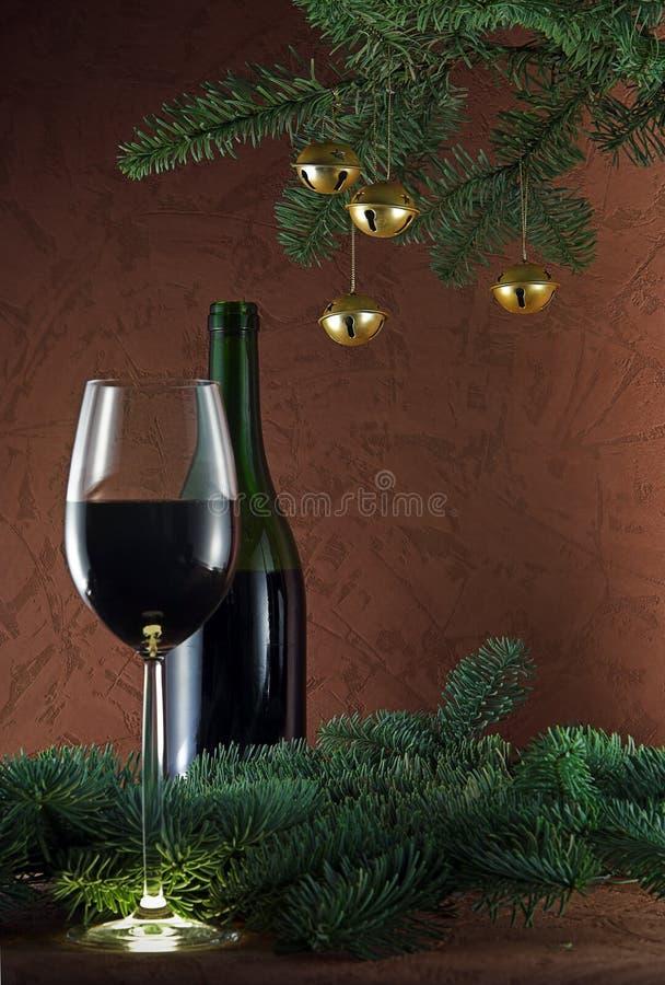 Goldene Glocken und Rotwein lizenzfreie stockfotografie
