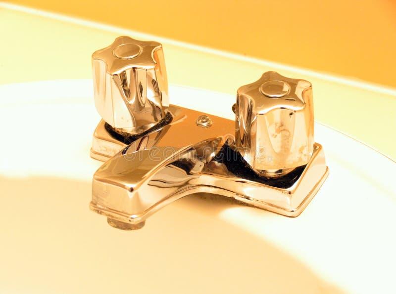 Download Goldene Hähne stockfoto. Bild von kalt, wanne, wasser, badezimmer - 43136