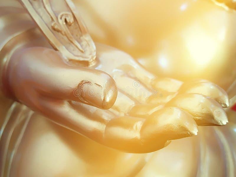 Goldene Hand von Buddha-Statue stockfotos