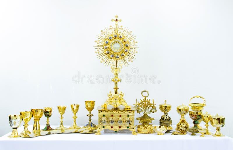 Goldene heilige religiöse Ausrüstung auf weißem Hintergrund stockfotos