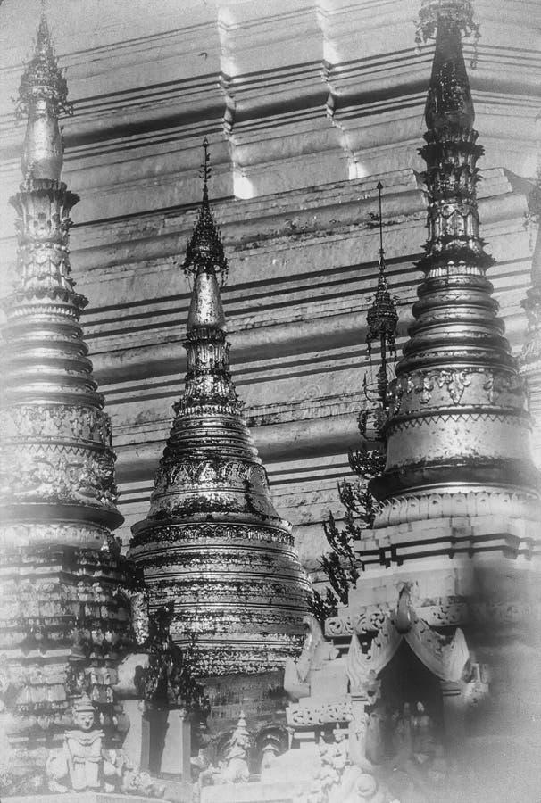 Goldene Helme der buddhistischen stupas stockfotos
